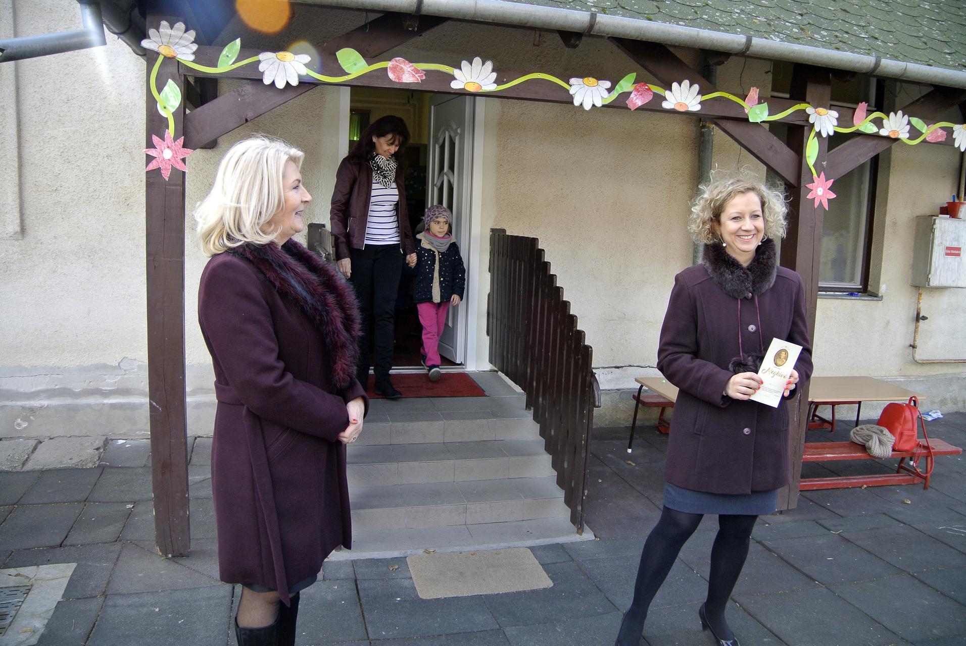 Egy közönséges bejárati ajtónak csináltak sajtótájékoztatót a fideszesek Gyulán!